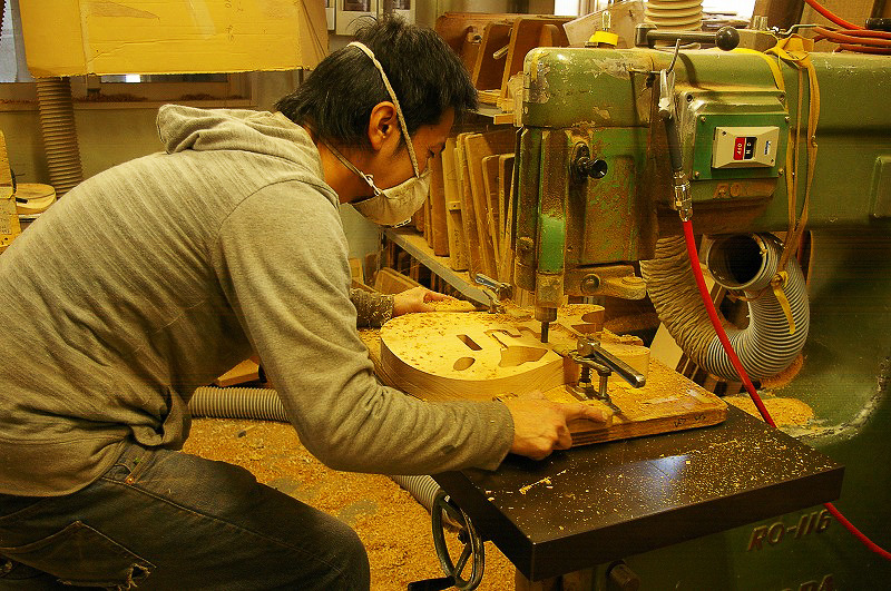 Here you can see master luthier Yuji in action, starting the routing of the pickup cavities on a Sonnet guitar.