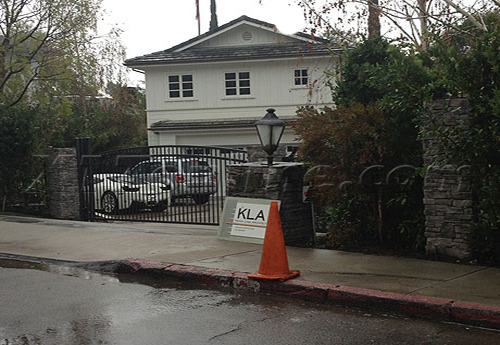 jusgohollywood:  Justin's ferrari parked in Selena's driveway early this morning.