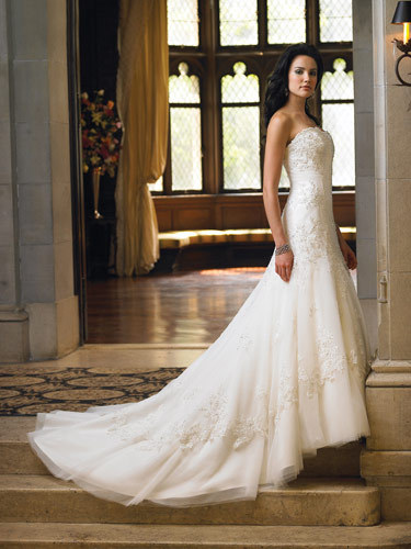 bridalgrenade:  So um David Tutera right? The man is an amazing designer and event planer.