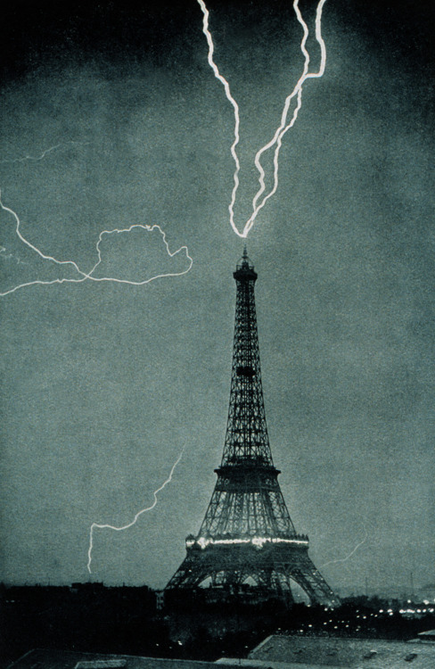 Eiffel tower gets struck with lightning, June 3, 1902