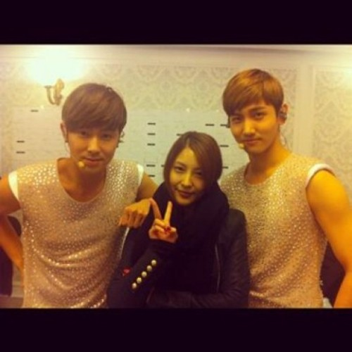 BoA snaps a photo with TVXQ backstage during their world tour