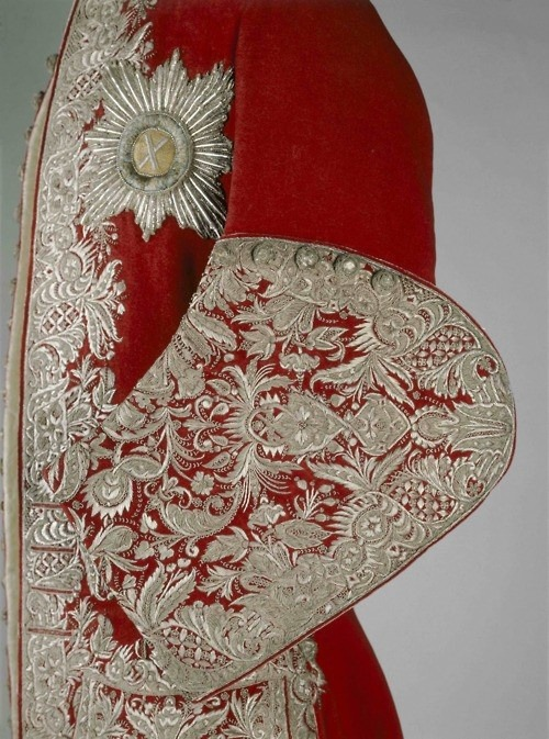 fletchingarrows:  thefullerview:  moscow kremlin museum  so ornate. can you imagine wearing this? it must be so heavy.