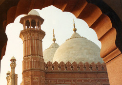 fallenangel4:  Badshahi Mosque through arch by Noorkhan on Flickr.
