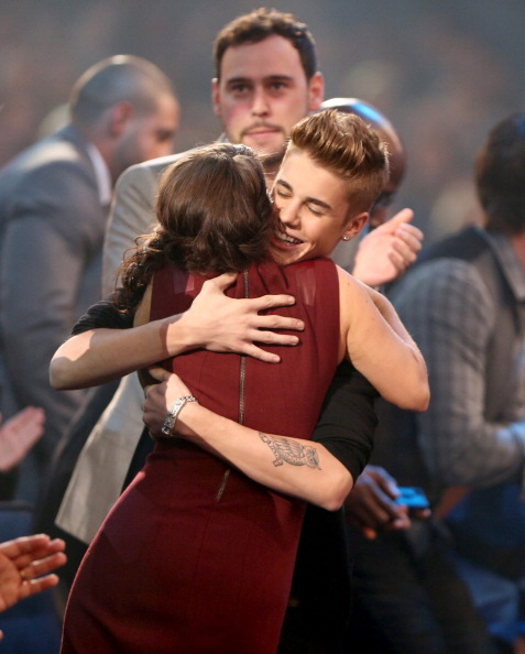 jusgohollywood:  Justin hugging his mom after finding out he won Favourite pop/rock male artist