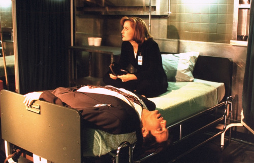 suicideblonde:  David Duchovny and Gillian Anderson on the set of The X Files in 1995
