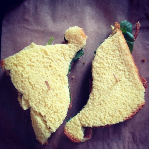 Apatasaurus sandwiches today with veganaise, mustard, baby spinach and vegan bologna. Also mango chunks, pretzels, almond milk and an applesauce for snack.