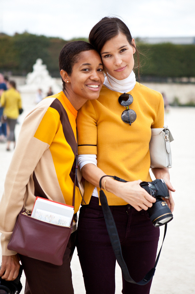 some of my favorite Street-Style moments ever ? Hanneli and Tamu last Fall in Paris in matching mustard colors, besides, Hanneli's color blocking here is perfection, I love those burgundy pants and the silver shoes …
