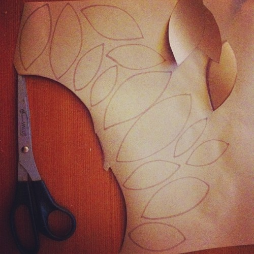DIY paper garland. Step one: draw leaves and cut out of Kraft paper #diy #crafty #christmas