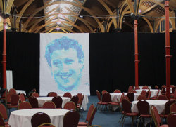 Dublin Web Summit: Marc Zuckerberg Portrait (2012) Post-it Notes auf Papier, 5 Farben 1905 Post-it Notes, 4,10 m x 4,90 m  Kaufe das Poster hier. Letzten Oktober fuhr ich nach Dublin zum Dublin Web Summit 2012, eine der am schnellsten wachsenden Web Konferenzen. Mit der Hilfe von drei Iren aus Cork I kreierte ich ein Portrait von Mark Zuckerberg.  Mehr Fotos hier. Pixel Kunst: Andreas Kopp Assistanten: Padraig O`Sullivan, Mike McGrath, James Northridge