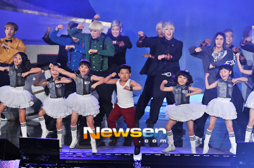"Child star Hwang Min Woo performs ""Gangnam Style"" with B.A.P, BtoB, and 24K at 2012 Korean Popular Culture & Arts Award"