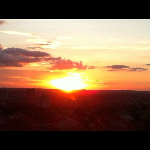Sem efeitos!!! Por do sol de Goiania. #instagram #statigram #iphone #iphone4 #Iphonegraphy #instadaily #instagood #igotheday #photooftheday #clubsocial #instatalent #popularphoto #igers #family #brasil #flickr #instagood #igersbrasil #allshots #webstagram #iphoneonly #iphonesia #instagramhub #instamania #popular