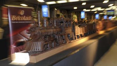 thecakebar:    The world's longest chocolate structure on Guinness World Records - a model of a train - has gone on display in Brussels. It took 784 hours of work and measures 34.05 m (111 ft) in total length. He used 1285 kg (2832 lbs) of Belgian chocolate……