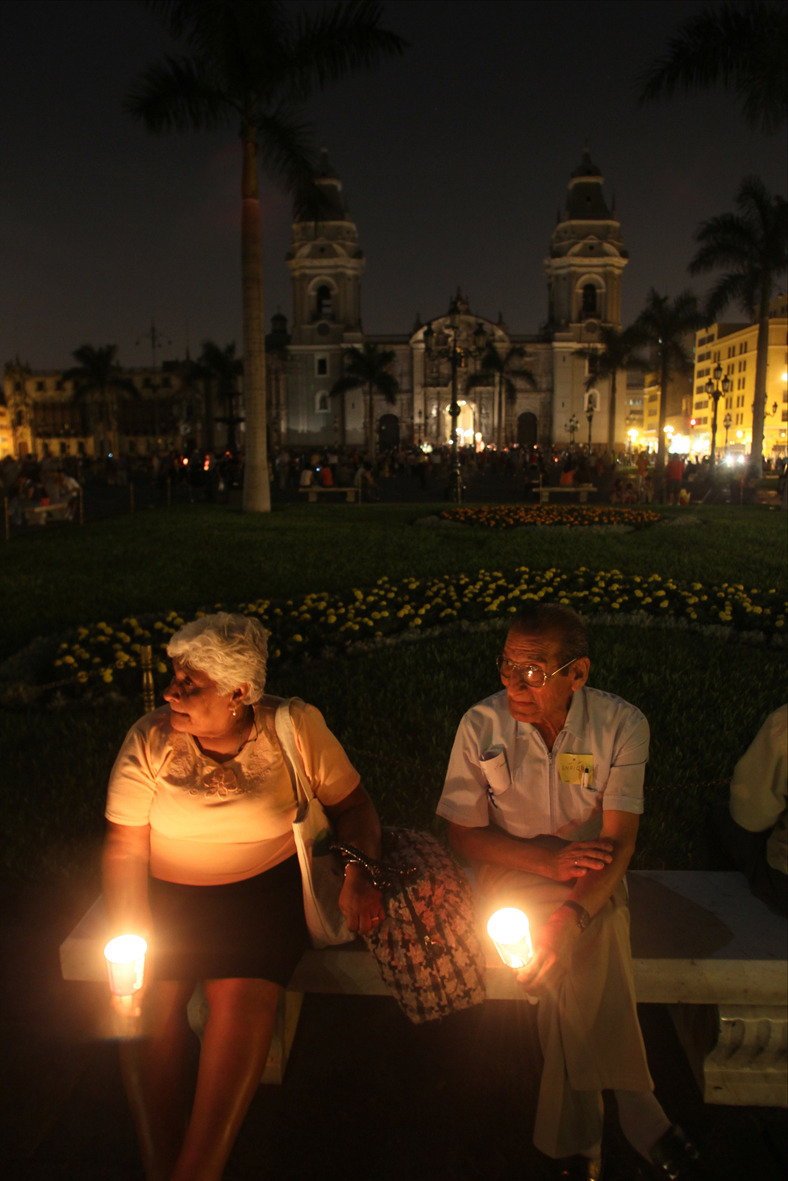 Elderly couple during Earth Hour 2010 in Lima, Peru © Miguel Bellido / WWF