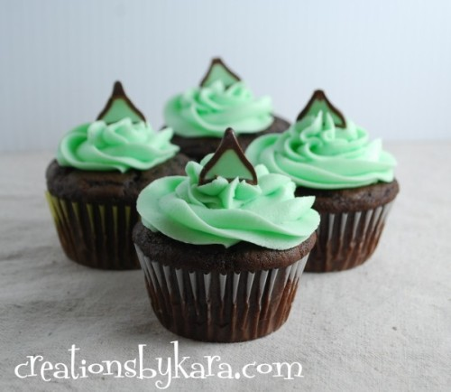 gastrogirl:  mint chocolate cupcakes with mint chocolate filling.