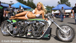 chicksandchoppers:  2 motor hottie