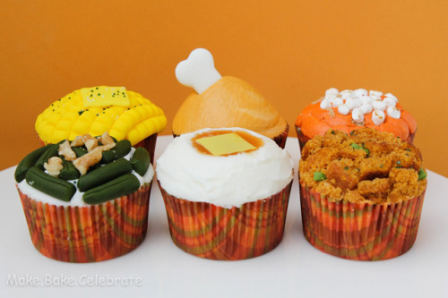How to make savory looking Thanksgiving cupcakes They're normal cupcakes, they only look like mini Thanksgiving dinners. Check out the recipe here