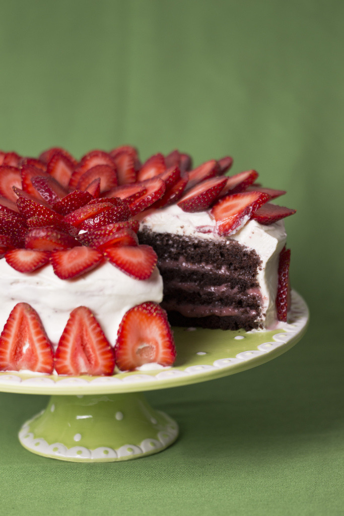 diet-killers:  Chocolate cake with strawberry kurd, vanilla cream and strawberries2 (by crapelka)