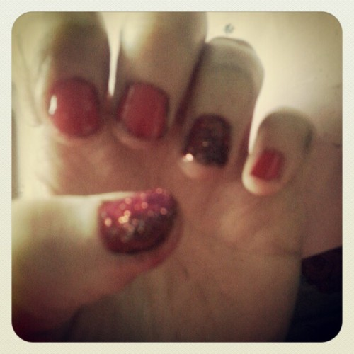 katiefied:  Christmas sparkle #nails #red #glitter
