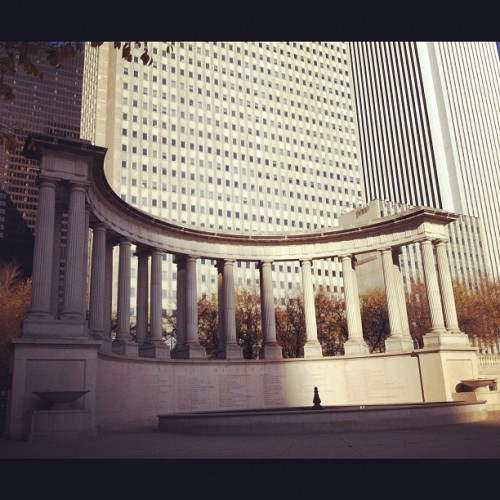 Warm enough to hang out here :-) #chicago #milleniumpark #instagood #instagramers #iphonesia (at Millennium Monument in Wrigley Square)
