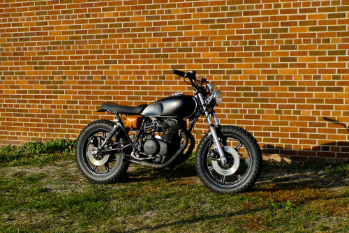 "habermannandsons:  holdfastmotors:  1979 Yamaha XS400 ""black and tan"" by Hold Fast Motors Please let us know what you think, by sharing! The 100th reblog or like will get a free Hold Fast Motors ""Till Death Do Us PARTS"" t-shirt. Thanks again for all the love this past year, I could not have finished this bike with out the inspiration from everyone!    nice"