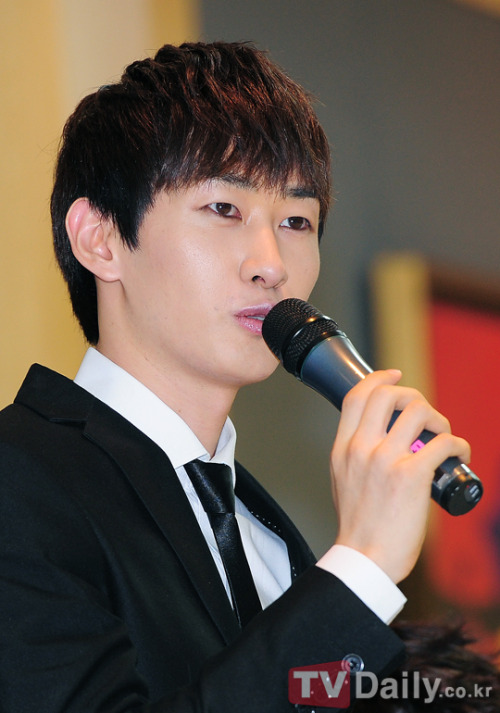 Eunhyuk's mother holds first interview since his scandal with IU