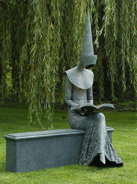 Reading in the garden / Leyendo en el jardín (escultura de Philip Jackson)