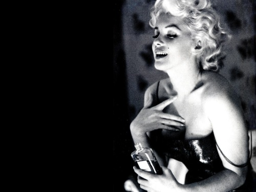 mrxdupontneuf:  © ed feingersh (1926-1961) // marilyn monroe and her chanel n°5 new york, 1955