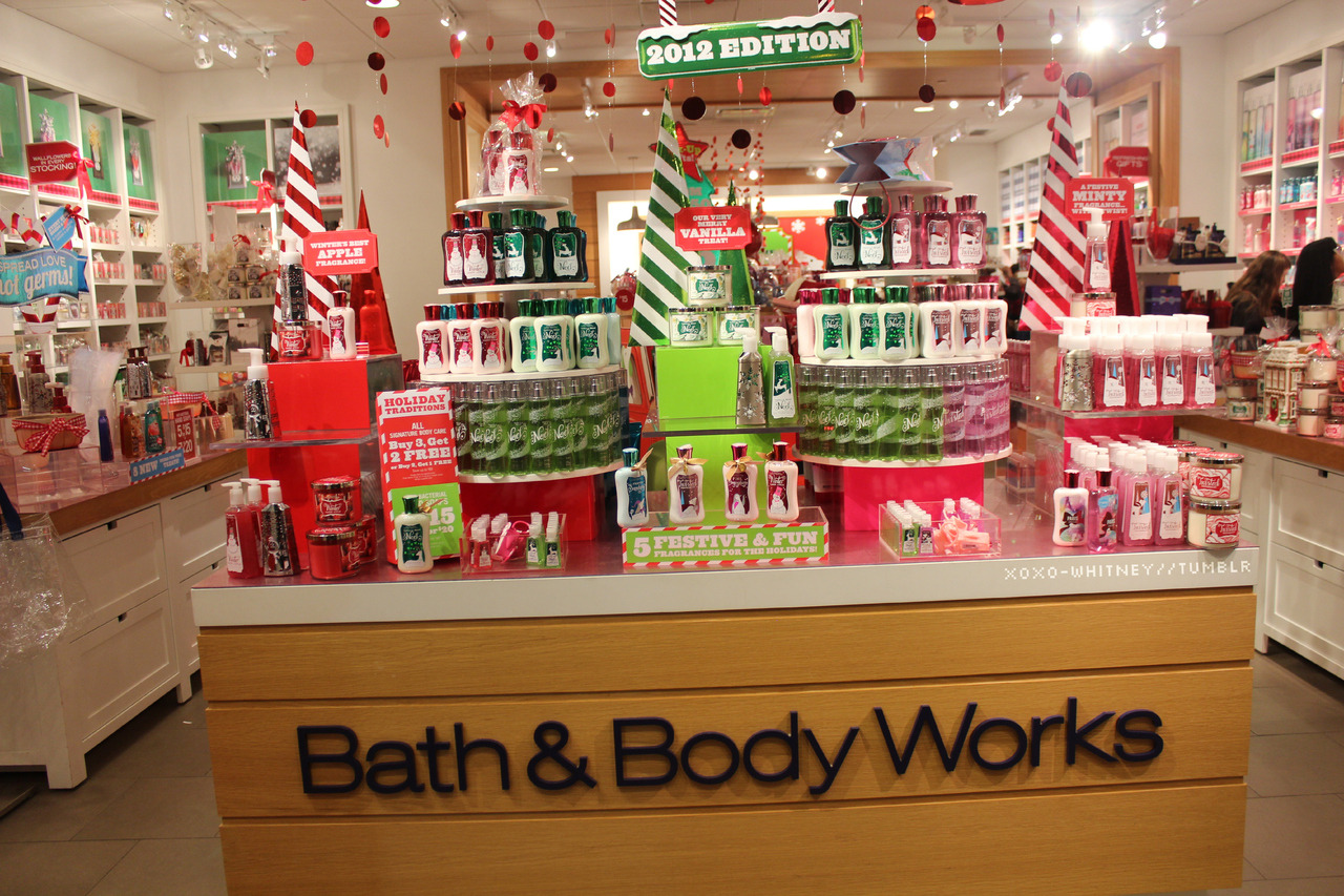 xoxo-whitney:  bath & body works holiday display