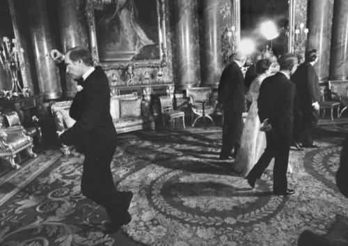 collective-history:  Prime Minister Pierre Trudeau doing a pirouette behind Queen Elizabeth at Buckingham Palace, 1977