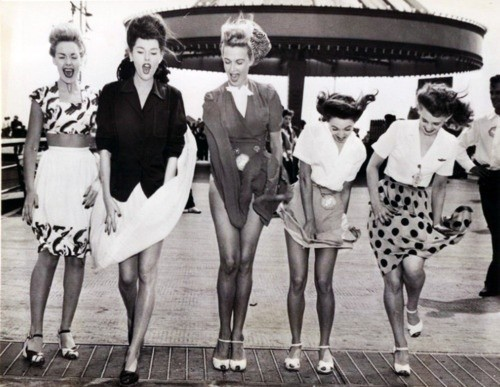 theniftyfifties:  Fashion at the fairground, 1950s.