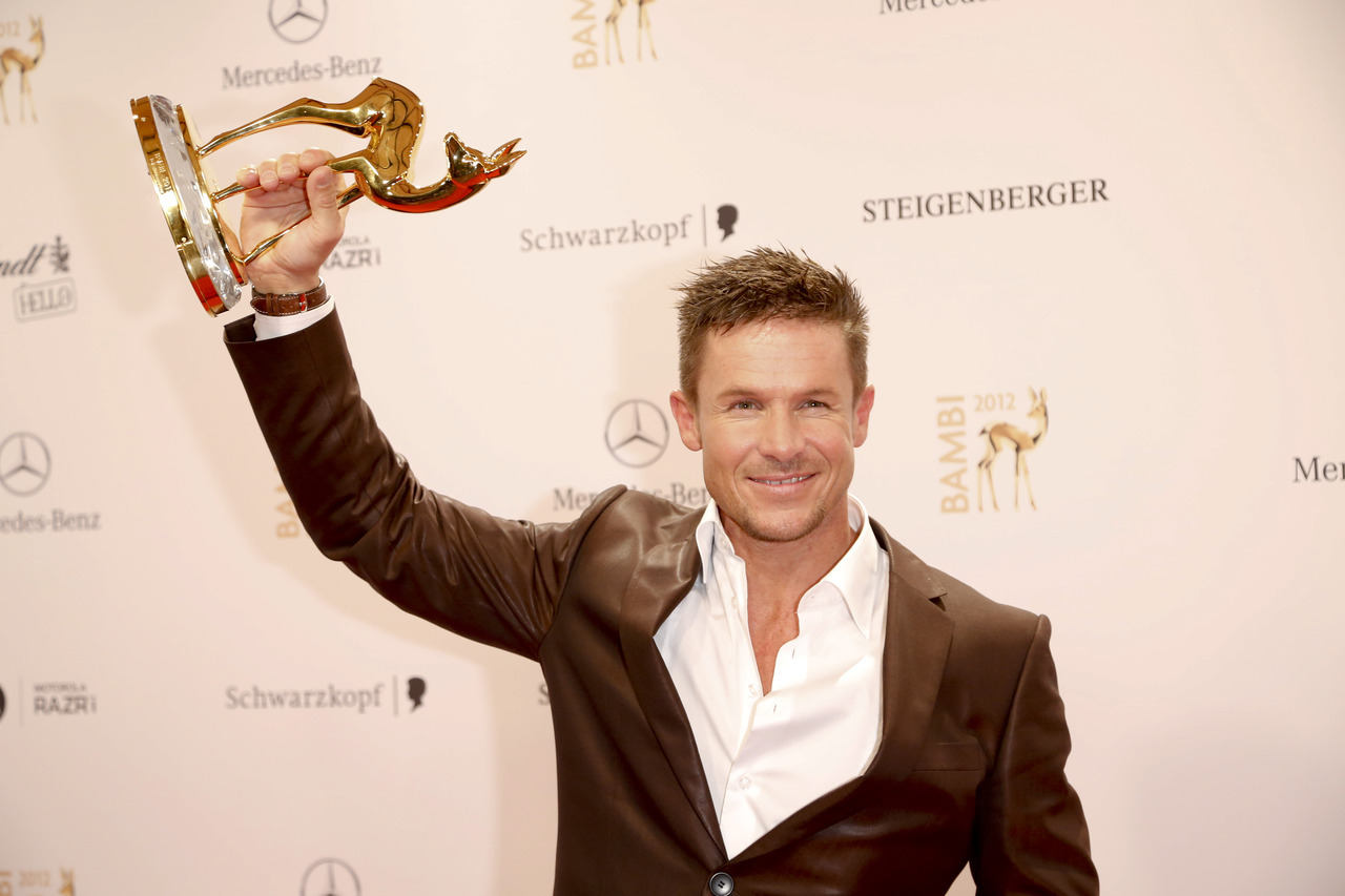 Felix Baumgartner holds BAMBI // photo credit: Hubert Burda Media