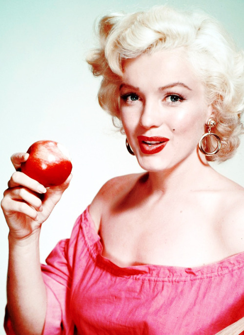 vintagegal:  Marilyn Monroe photographed by Nickolas Muray, 1952  Marilynn💕