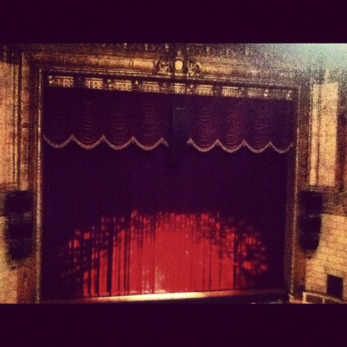 5 minutes till showtime! #eastmantheater #nutcracker #curtaincall #red #golden  (at Eastman Theater)