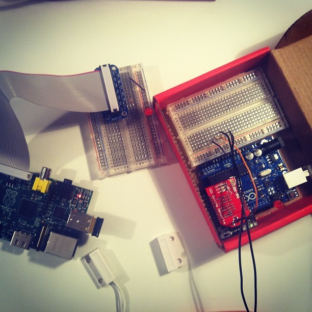 fotoamalia:  arduino + raspberry pi.  finally finishing my arduino project. details coming soon!