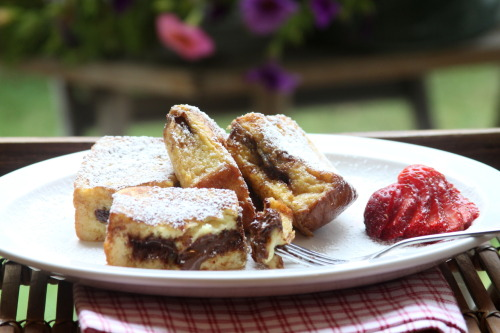 nutella-licious:  tea—and—crumpets:  Nutella Stuffed French Toast   Mmmm… nutella <3