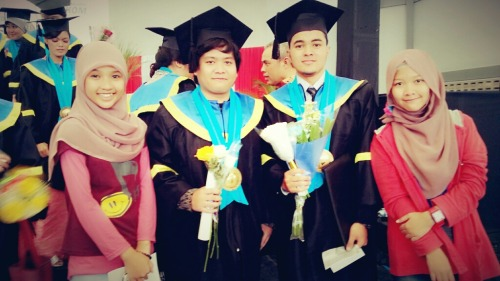 happy graduation daaaaay bang erland sama bang meti :D – View on Path.