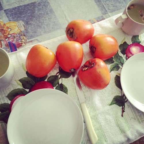 @hiverhamsa #breakfast #rawvegan #persimmon #chrysanthemum #tea #fruit #raw #rawfood