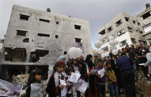 Palestinians release balloons at the site of the destroyed house of the Dalou family in Gaza City November 24, 2012. Eleven members of the Dalou family were killed after an Israeli air strike on their house during the eight-day conflict, Palestinian medics said. REUTERS/Ahmed Zakot
