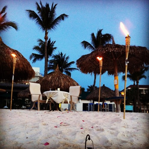 Engagement dinner #aruba #engagement #simplyfish #dinner #beach #sand #sunset (at Simply Fish)