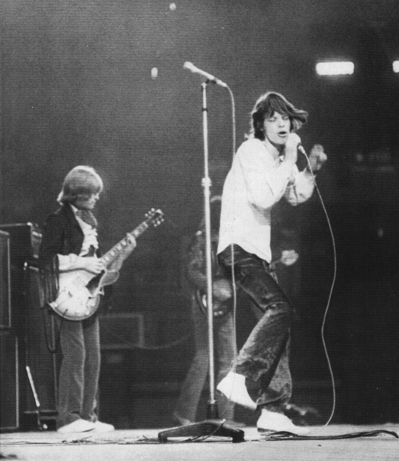 BRIAN JONES et MICK JAGGER (1968)    The Stones during a surprise performance at the NME (New Musical Express) Awards, May 12, 1968.