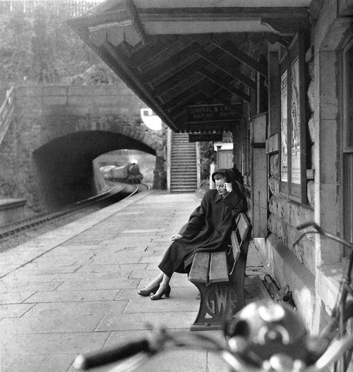forties-fifties-sixties-love:    'Waiting for the train to come in…'