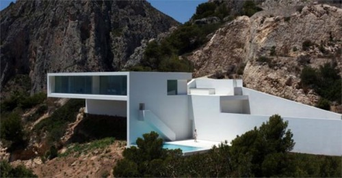 Uncompromising Rectilinear Architecture This modern cliff house designed by Fran Silvestre Arquitectos is located near the Spanish town of Calp. With its open architecture, wide windows and a spacious terrace - the luxurious reseidence offers such a spectacular sea view. More images of this Luxurious Spanish Cliff House on WE AND THE COLORFacebook // Twitter // Google+ // Pinterest