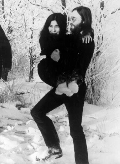 Echemos una mano al PP - ¿La culpa de todo, la tiene ETA o Yoko Ono? Tumblr_me2eg2dPGw1rbw8xwo1_400