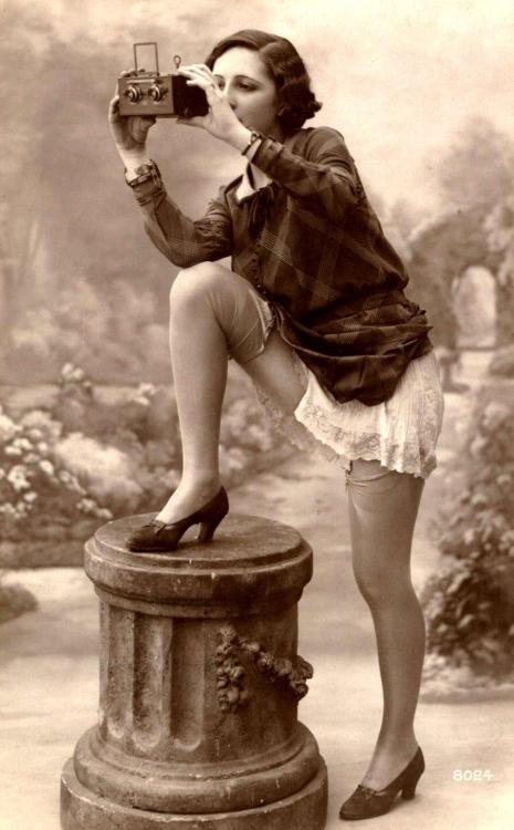 Oh là là…Risque Flapper photo France, c.1920s  Love her hair & shoes