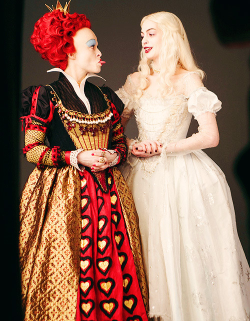 suicideblonde:  Helena Bonham Carter and Anne Hathaway as The Red Queen and The White Queen in Alice in Wonderland