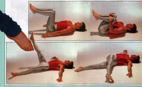 Everything was possible in the eighties: Man exercises in tight silver leggings and a red top!
