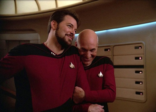 bohemea:  fuckyeahsirpatrickstewart:  Sir Patrick Stewart & Jonathan Frakes (Star Trek: The Next Generation, season 2 Blu Ray gag reel)  KISS HIM!