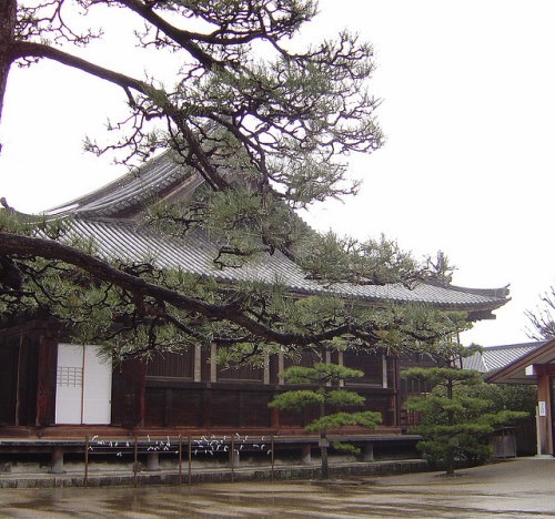 the-eldest-woman-on:  Rainy Day at Sanjusangen-do by jpellgen on Flickr.