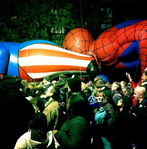 Spiderman Gets A Little Risque at Thanksgiving Parade Ugh, get a giant inflatable room you two.