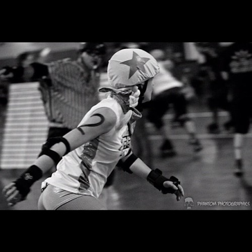 #phantomphotographics #rollerderby #derby #jammer #sfdd @sintralfloridaderby photos like this make me love what I do. Thank you @phantom8136 for consistently amazing photos.